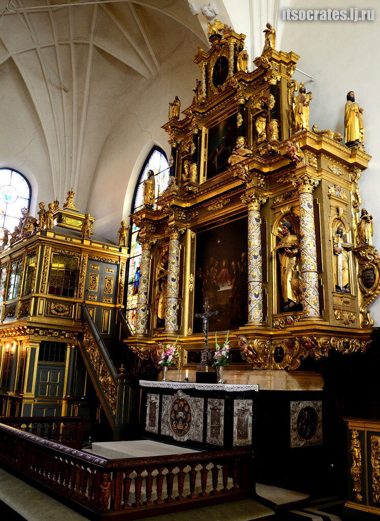 Немецкая церковь одна из знаменитых церквей Стокгольма - алтарь церкви из дерева