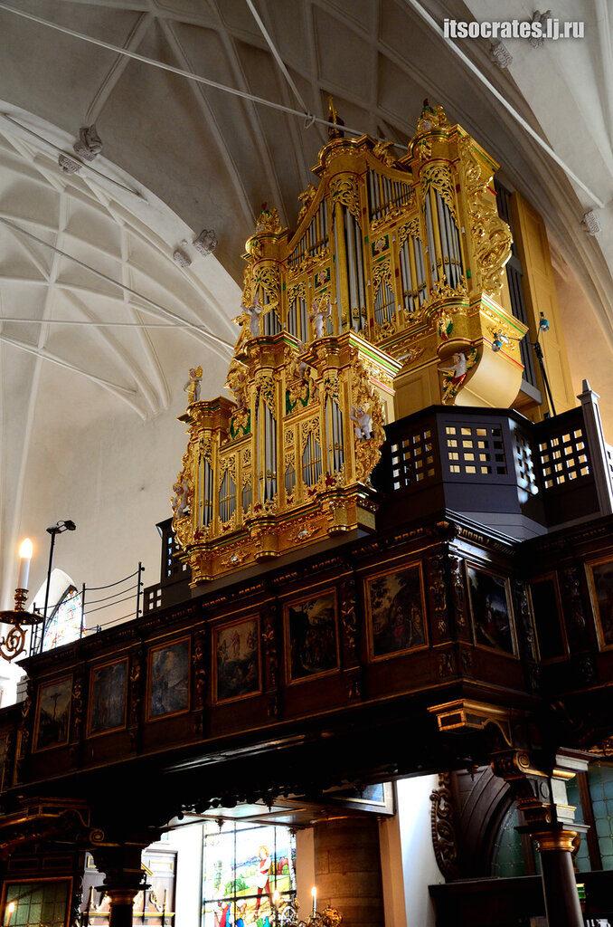 Немецкая церковь одна из знаменитых церквей Стокгольма - орган в церкви часто бывают музыкальные концерты