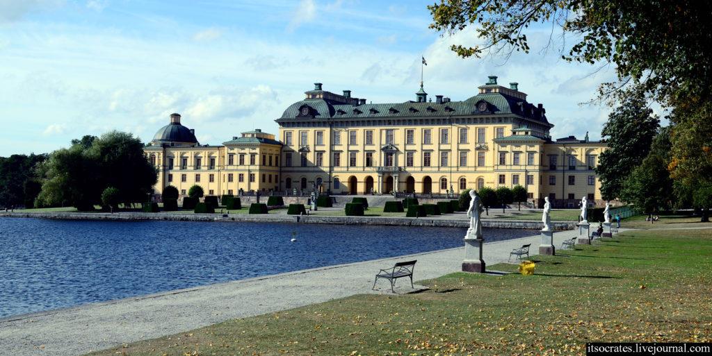 Королевский дворец дроттнингхольм в Стокгольме - вид на дворец с воды
