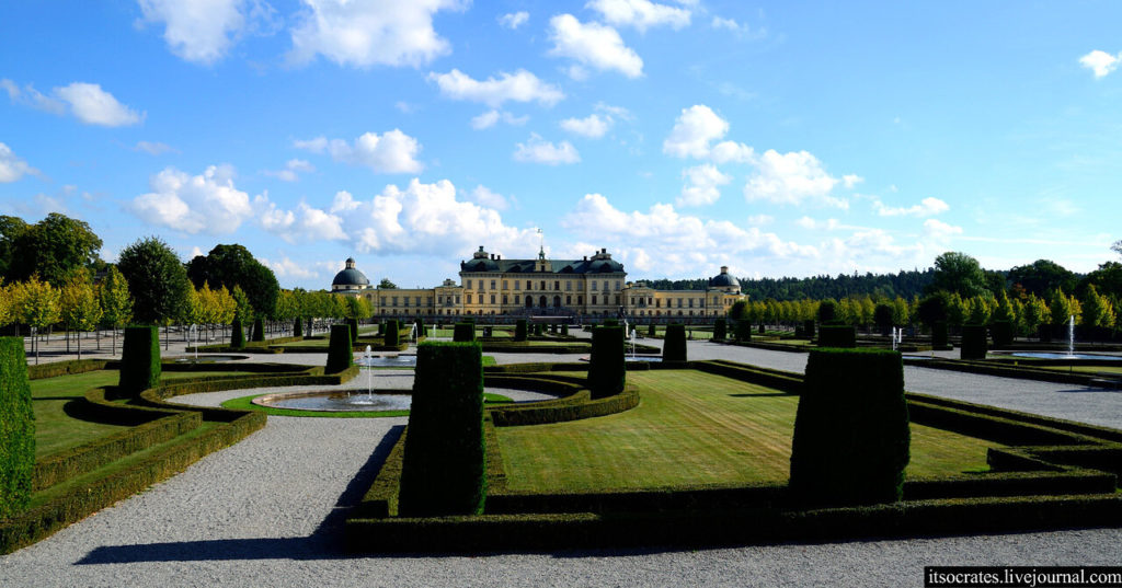Сады с фонтанами в королевском дворце Дроттнингхольм в Стокгольме