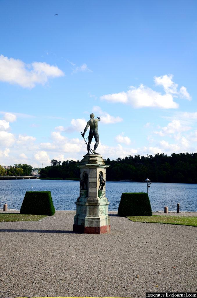 Статуя перед дворцом Дроттнингхольм в Стокгольме