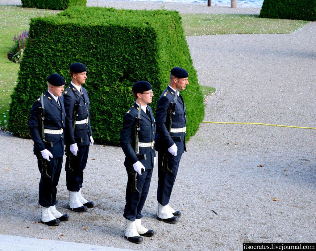 Конвой перед дворцом Дроттнингхольм в Стокгольме