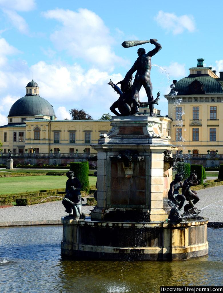 Фонтаны в королевском дворце Дроттнингхольм в Стокгольме