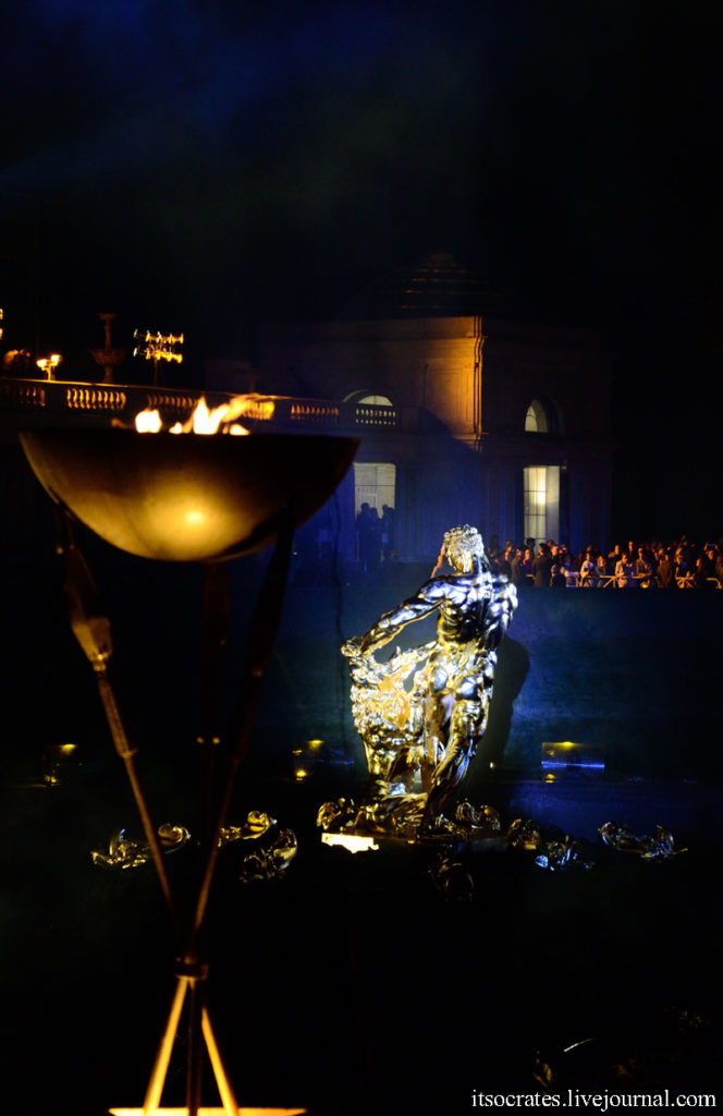 Закрытие фонтанов в Петергофе - вип трибуны ближе всего к шоу