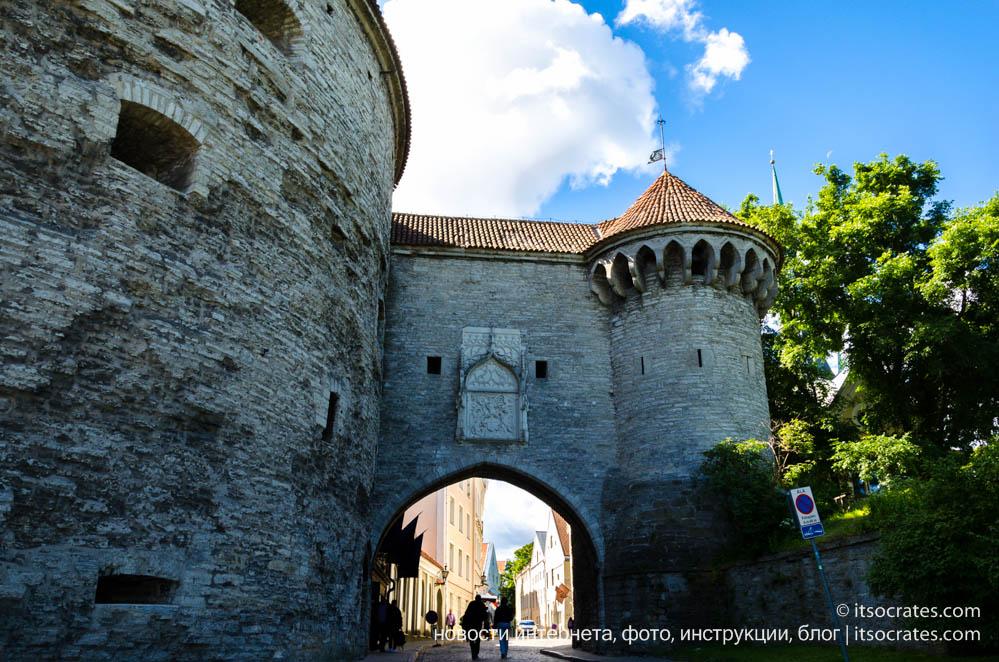 Фото массивных стены крепости в старом городе Таллина