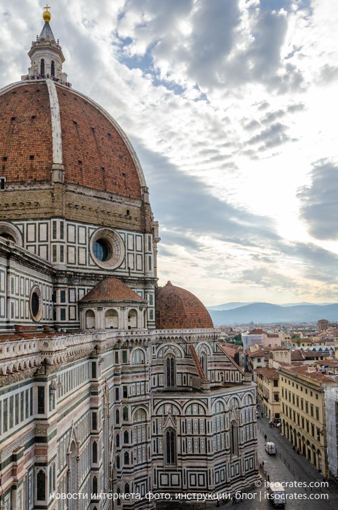 Купол Брунеллески и колокольня собора Санта-Мария-дель-Фьоре во Флоренции - вид на купол с колокольни