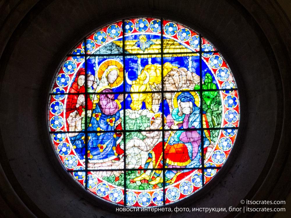 Купол Брунеллески и колокольня собора Санта-Мария-дель-Фьоре во Флоренции - вид на купол с колокольни - витражи собора Дуомо Флоренции