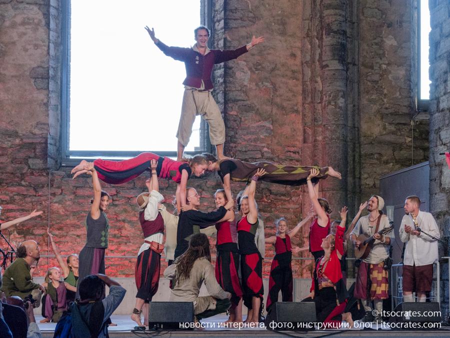 Фестиваль Неделя средневековья на острове Готланд в Швеции - выступление акробатов