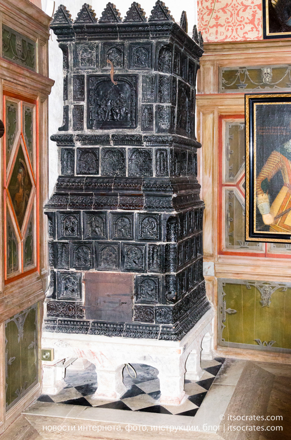 Замок Грипсхольм в Швеции - древний камин внутри замка