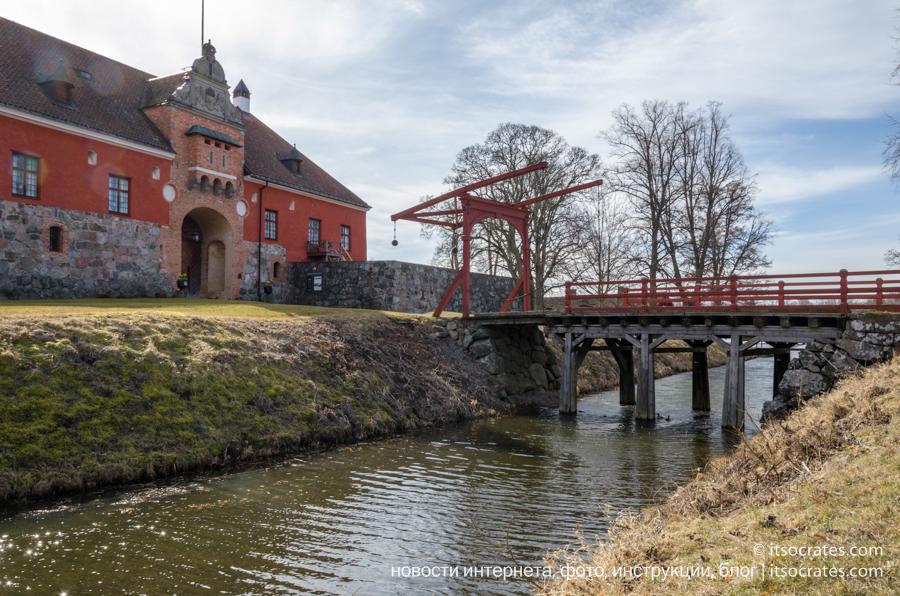 Замок Грипсхольм в Швеции, ров вокруг замка