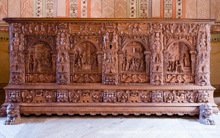 Замок Грипсхольм в Швеции - древний комод вырезанный из дерева
