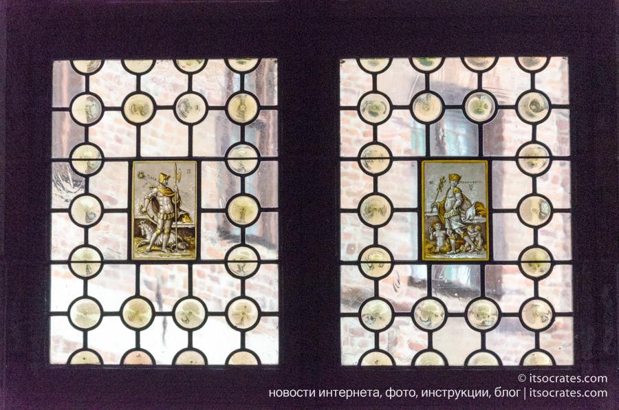 Замок Грипсхольм в Швеции - витражи на окнах в замке