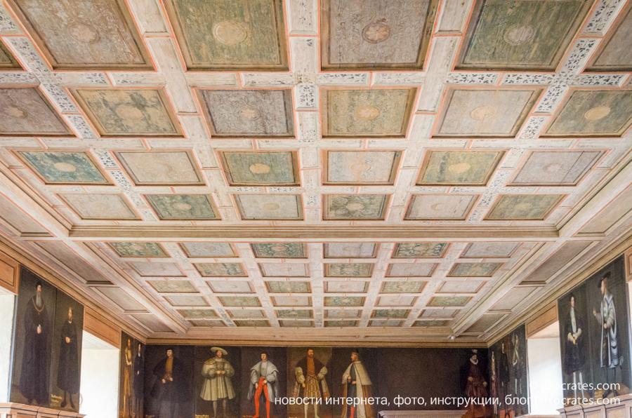 Замок Грипсхольм в Швеции - комната с портретами королей Швеции
