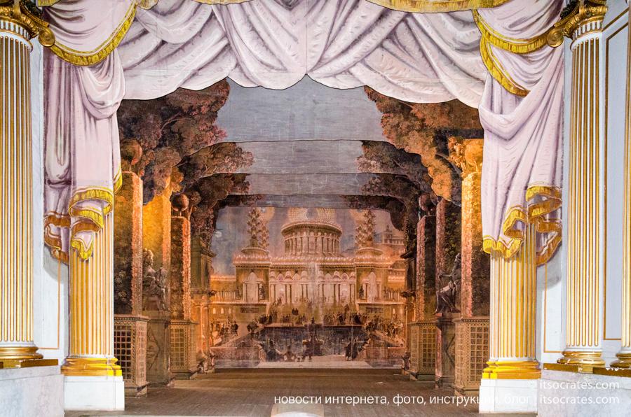 Замок Грипсхольм в Швеции - театр внутри замка с колоннами
