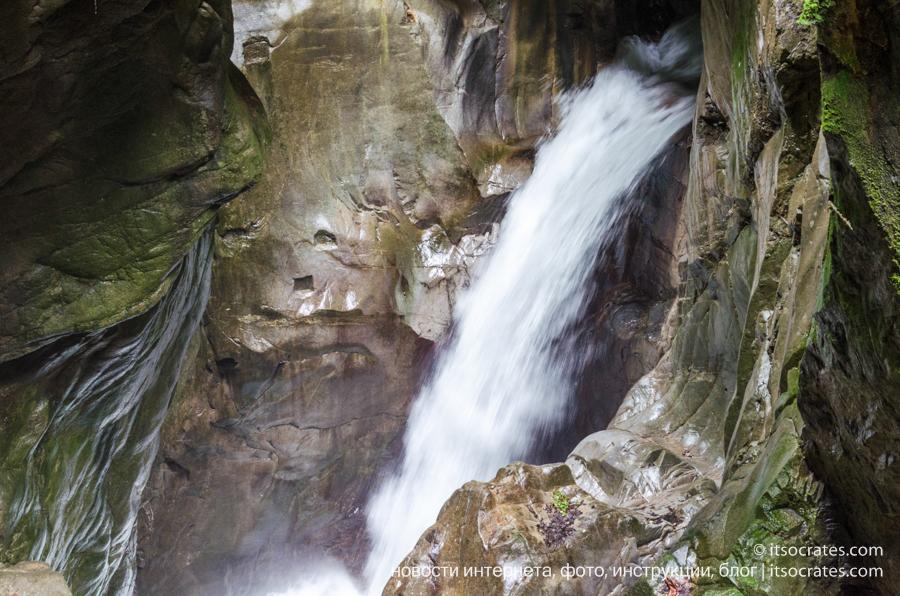 Ущелье Орридо в Беллано, озеро Комо - водопад в скале