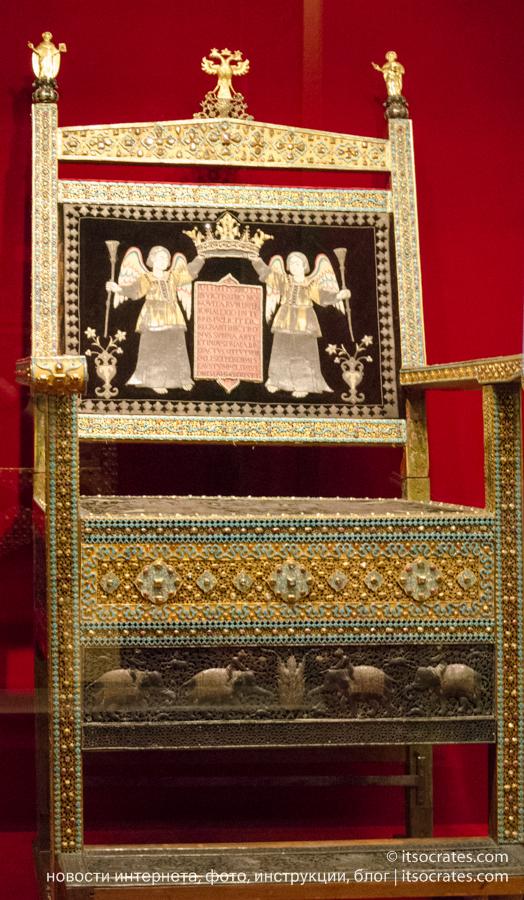 Оружейная палата, Московский Кремль - Алмазный трон, подаренный царю Алексею Михайловичу торговой компанией Армении в Иране с прошением торговать без пошлины на территории России