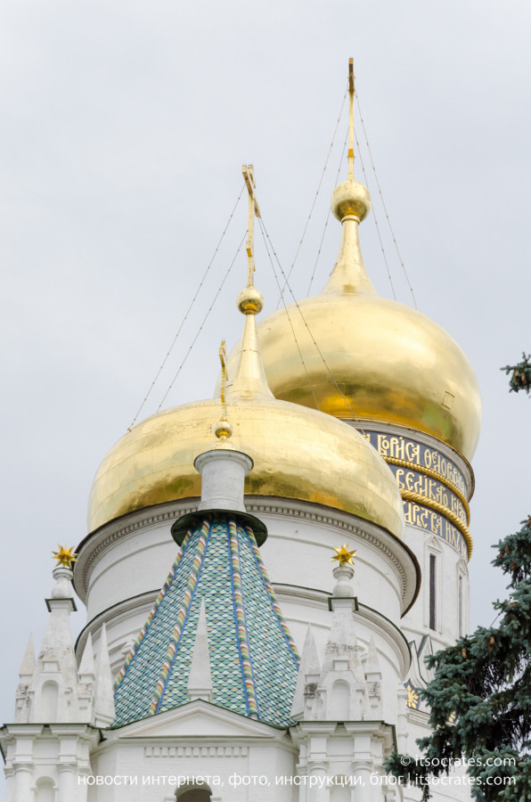 Соборная площадь в Кремле - золотые кулопола
