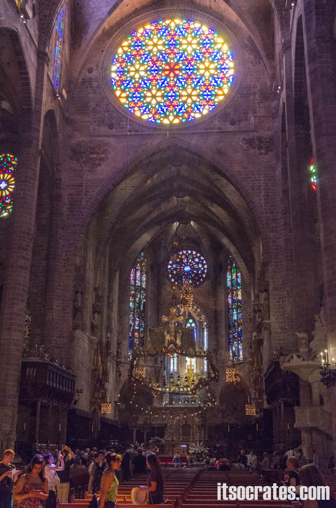 Кафедральный собор в Пальма-де-Майорка - витражная розетка с лучах солнца