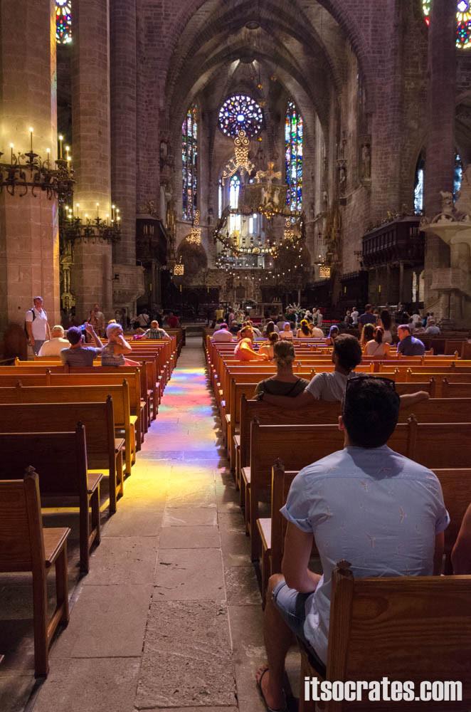 Кафедральный собор в Пальма-де-Майорка - в лучах солнца от главной витражной розетки собора