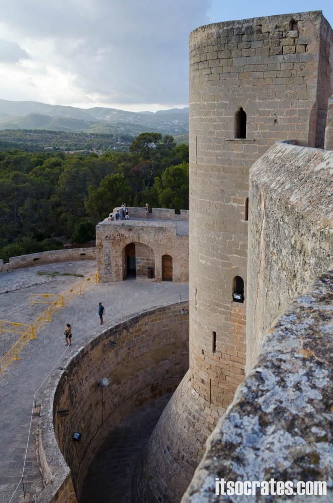 Замок Бельвер - одна из достопримечательностей острова Майорка - вид со стены замка