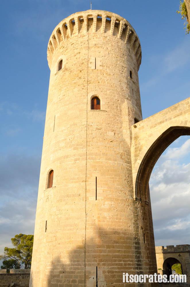 Замок Бельвер - одна из достопримечательностей острова Майорка - башня