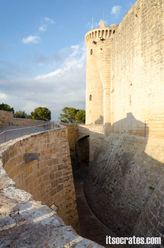 Замок Бельвер - одна из достопримечательностей острова Майорка - ров вокруг замка Бельвер