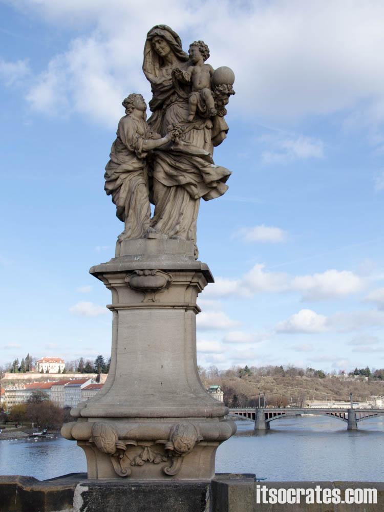 Карлов мост в Праге, Чехия - статуи на мосту - Св. Анна, М.В. Якель, 1707 г. — Эта святая, мать Девы Марии, покровительница беременных, обращающихся к ней с тремя просьбами: облегчить роды, родить здорового ребенка и иметь материнское молоко в достаточном количестве, чтобы выкормить младенца