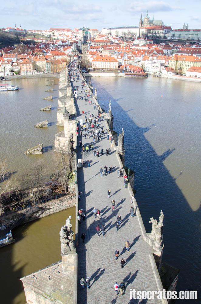 Карлов мост в Праге, Чехия - вид на мост со Староместской башни