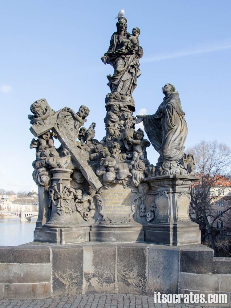 Карлов мост в Праге, Чехия - статуи на мосту - Пресвятая Дева Мария со Св. Бернардом; М.В. Якель, 1709 г. — Французский теолог, учитель церкви, Св. Бернард, создавший аббатство в Кьяравалле, считается вторым основателем Ордена цистерцианцев