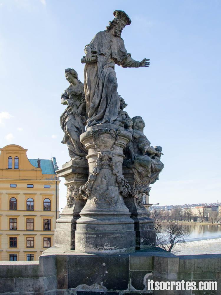 Карлов мост в Праге, Чехия - статуи на мосту - Св. Ив, М.Б. Браун, 1711 г. — Родился в 1253 году, учился юриспруденции и теологии в Париже; посвятил всю свою жизнь бедным. Святой считается покровителем адвокатов