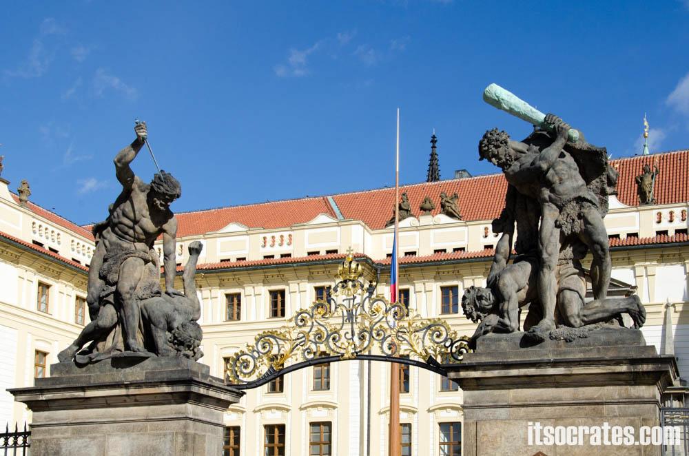 Достопримечательности Праги - Пражский град, ворота гигантов