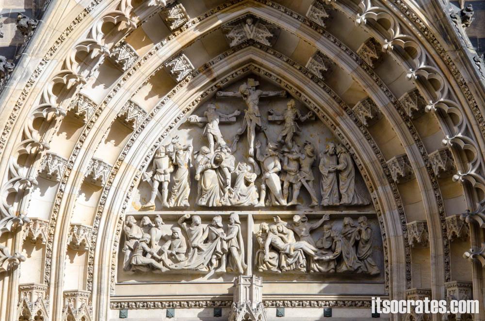 Прага - Собор Святого Вита - Сцены на тимпане: Распятие, «Об одежде Моей бросали жребий» и Снятие с Креста
