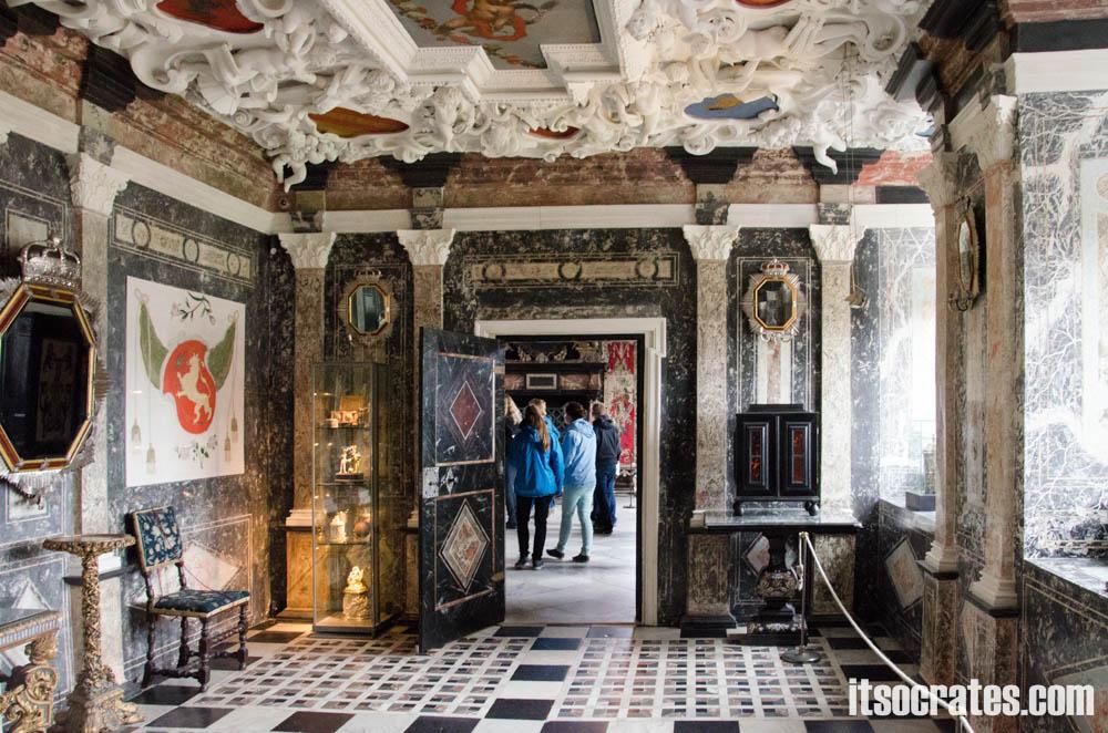 Замок Розенборг - главная достопримечательностей Копенгагена, Дания - расписные потолки и стены из мрамора