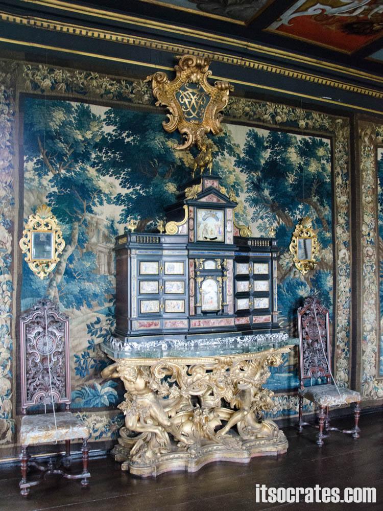 Замок Розенборг - главная достопримечательностей Копенгагена, Дания - стены отделаны шелком и красивые предметы мебели
