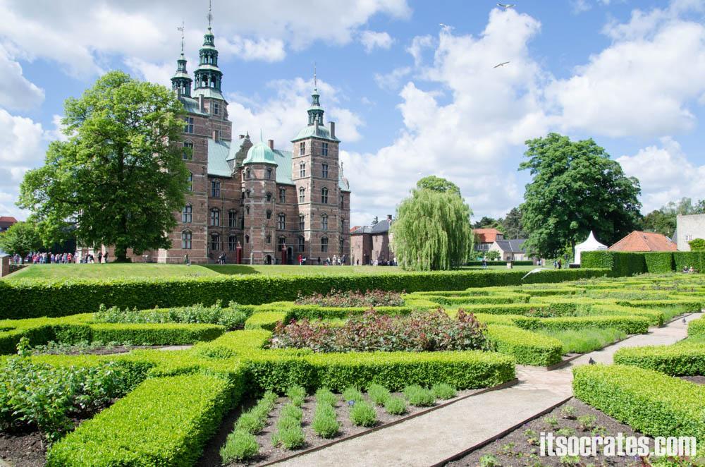 Замок Розенборг - главная достопримечательностей Копенгагена, Дания - здание замка и парк перед замком