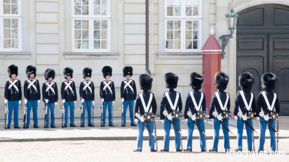 Достопримечательности Копенгагена, Дания - смена караула