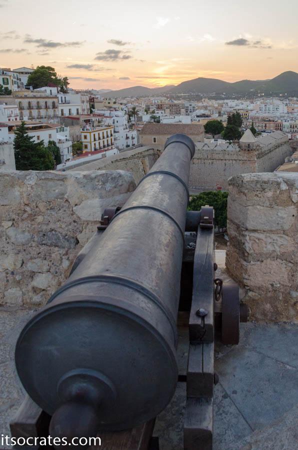 Пушка в старой крепости города Ибица